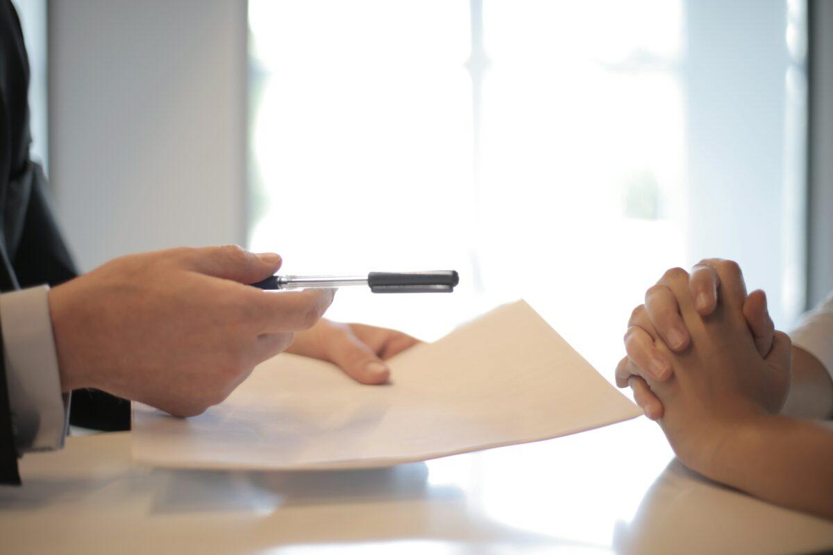 Suorahaku tarkoittaa yleensä hiljaisen haun keinoista koostuvaa, johdon tai asiantuntijoiden rekrytointia.